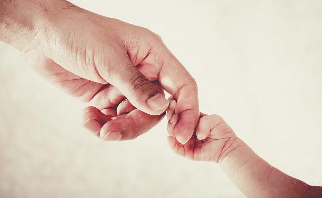 パパの手と新生児の手