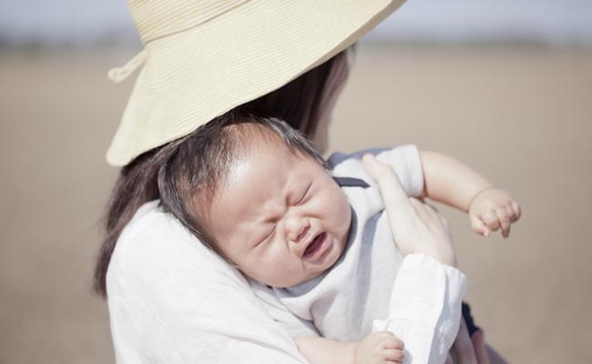 外出時に泣いている赤ちゃんのイメージ