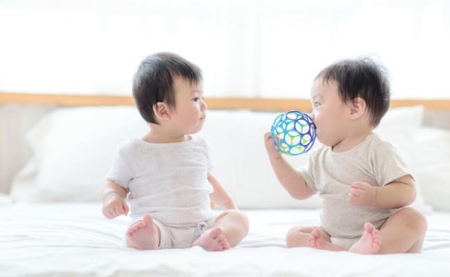 男の子と女の子の赤ちゃんのイメージ