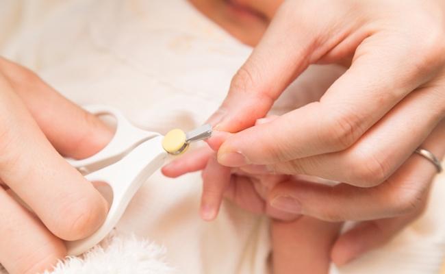 赤ちゃんの爪切りのイメージ