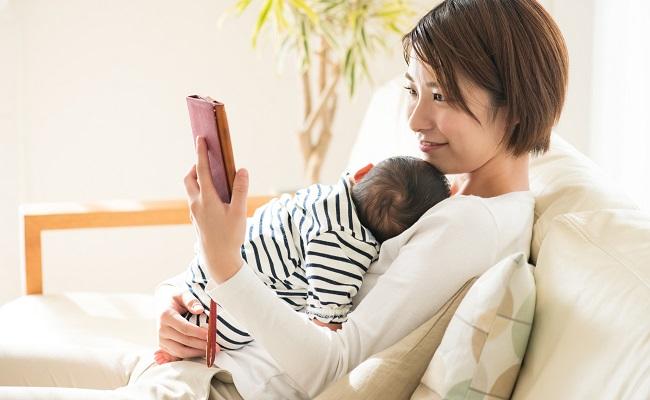 携帯電話を見るママ