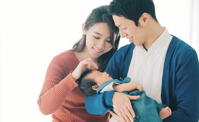 赤ちゃんを見守る夫婦