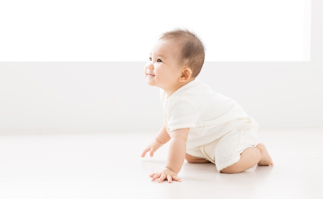 ハイハイしている赤ちゃん