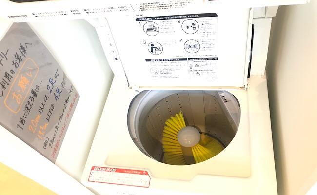 コインランドリーの靴用洗濯機