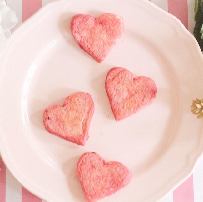 1歳~1歳6カ月ごろ(離乳食完了期)のレシピ「ビーツでピンキーフレンチトースト」