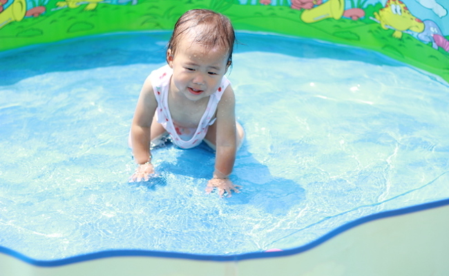 赤ちゃんの水遊びのイメージ