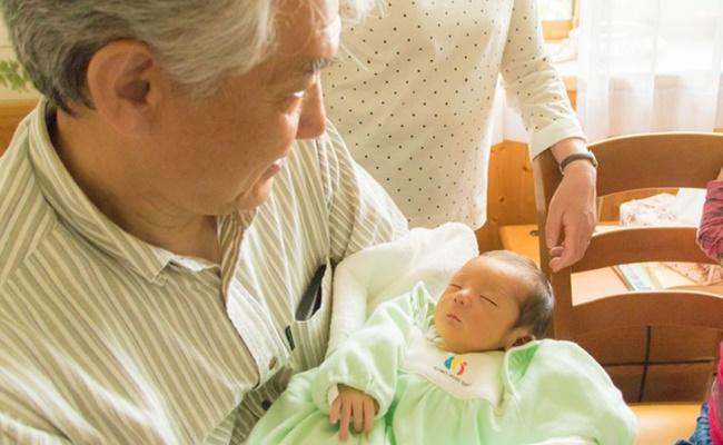 親戚と新生児のイメージ