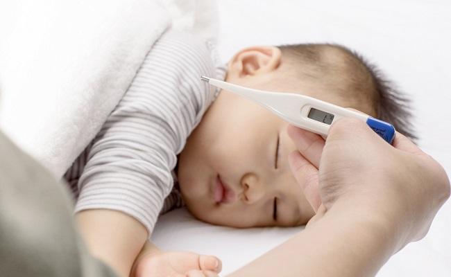 体温を計る赤ちゃん