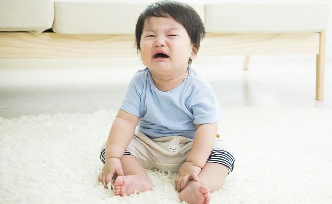 泣いている男児