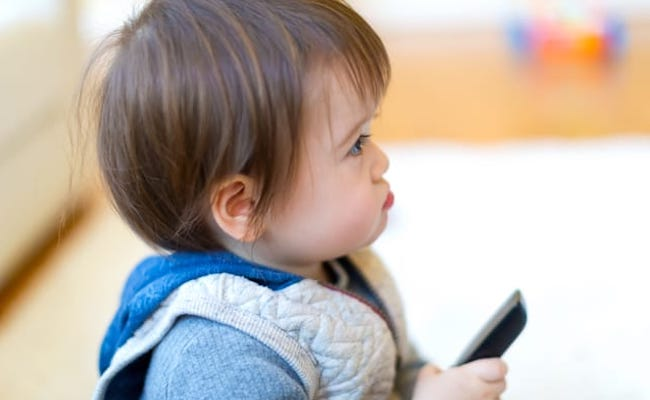 テレビを見ている赤ちゃんのイメージ