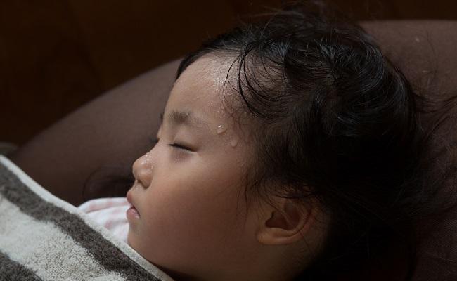 熱の出ている女児