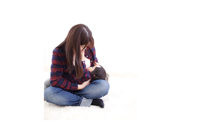 母と子の授乳シーン(撮影/川上ふみこさん)