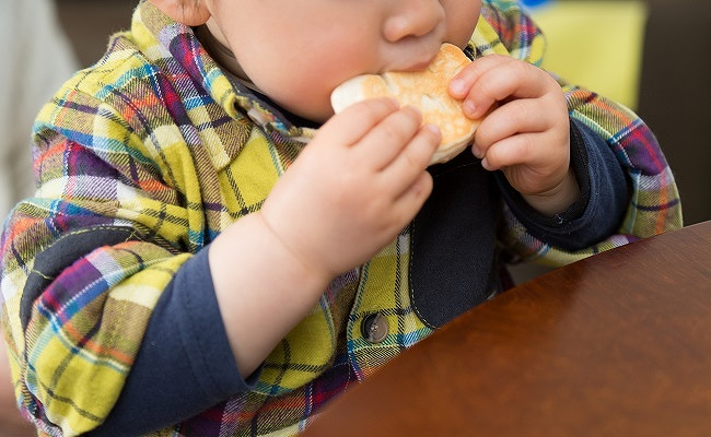 パンを食べる幼児