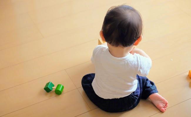 ひとり遊びする赤ちゃん