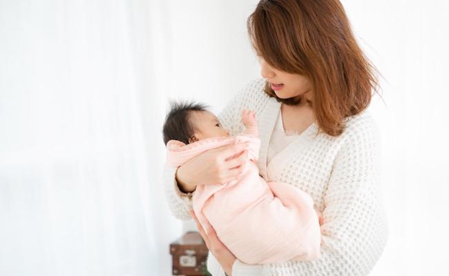 新生児の赤ちゃんを泣かせずにラクに布団に寝かせる方法