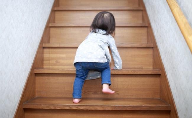 階段をよじ登る赤ちゃん