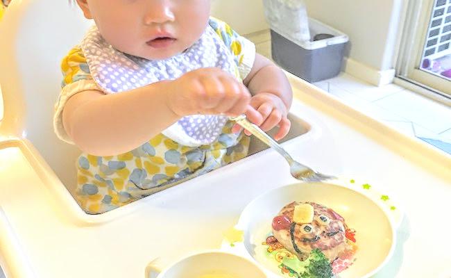 食事中の子ども