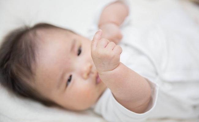 手を見つめる赤ちゃん