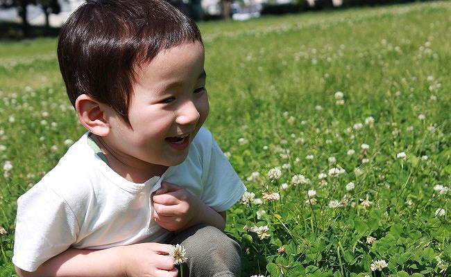 公園で遊ぶ男児