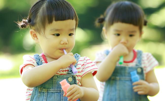 年子や双子の赤ちゃんを連れての公園遊びのイメージ
