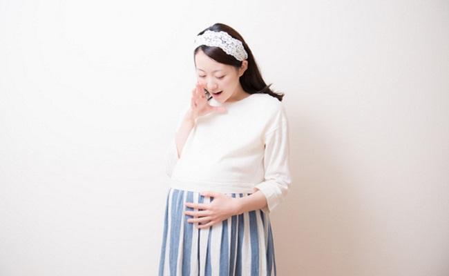 おなかの赤ちゃんに声をかける妊婦さん