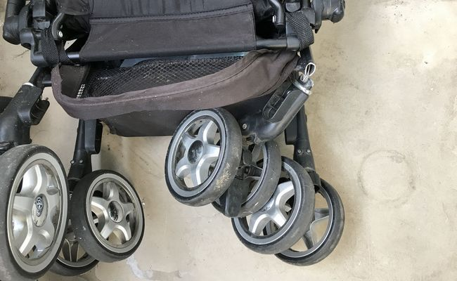 ベビーカーに子どもを2人乗せたらタイヤが破損!軽率な行動に大後悔…