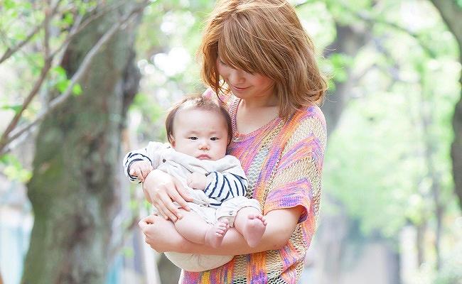 若いママと赤ちゃん