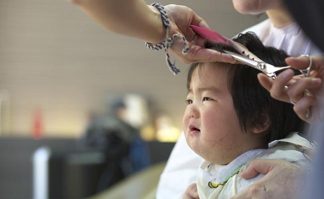 散髪している赤ちゃん