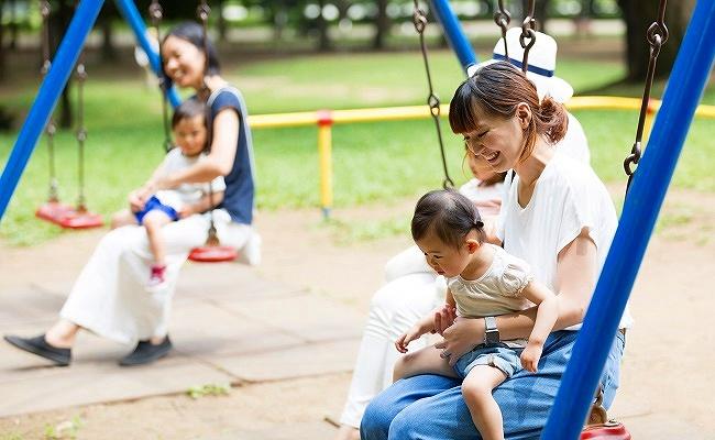 ママ友と公園にいる親子