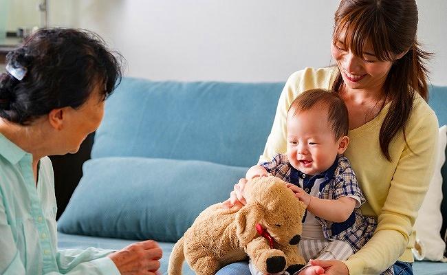シニアと遊ぶ赤ちゃん