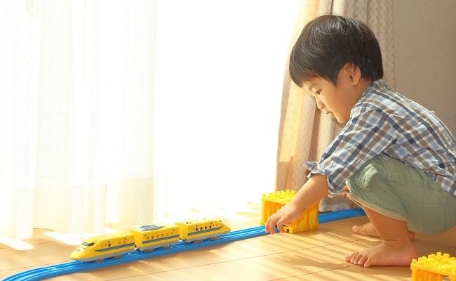 プラレールで遊ぶ男児