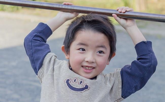 鉄棒する男児