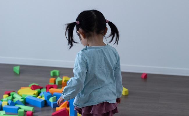 遊んでいる2歳の女の子