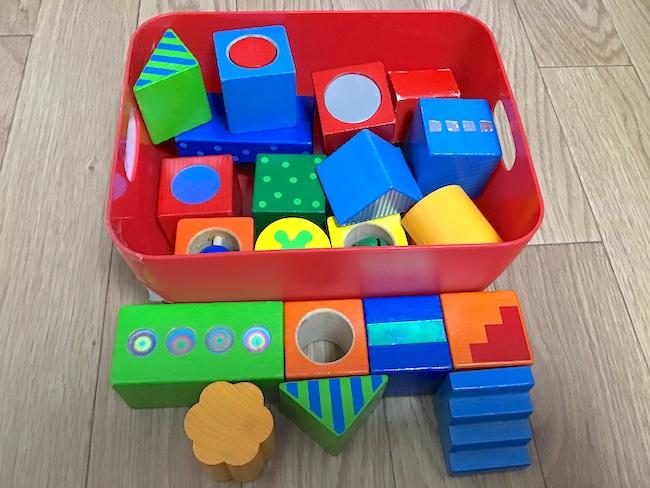 1〜2歳児が喜ぶテッパンおもちゃ「カラフルな積み木」