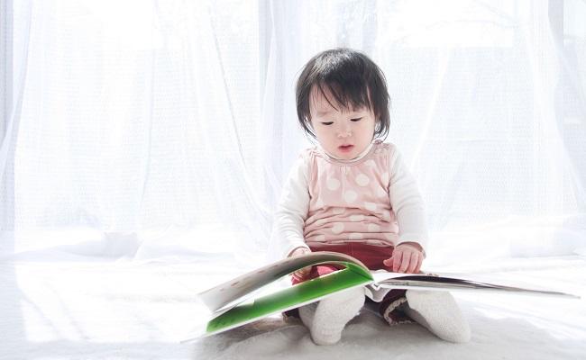 本を見る赤ちゃん