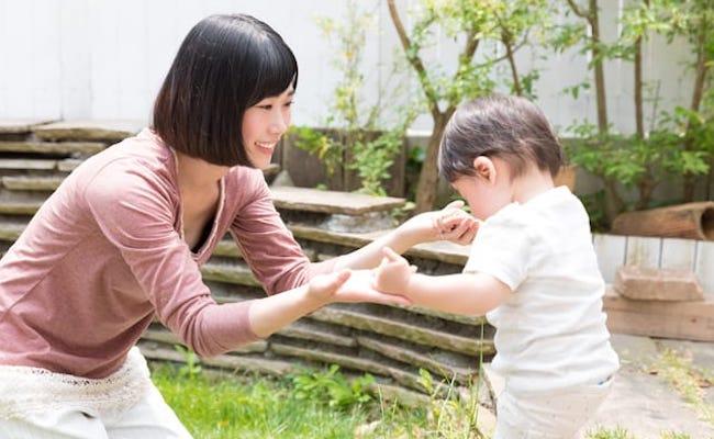 庭で遊ぶ赤ちゃん