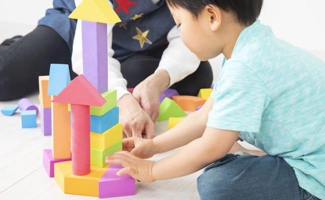 積み木で遊ぶ子ども
