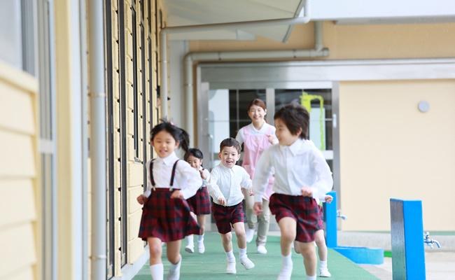 幼稚園をかけ回る子供達