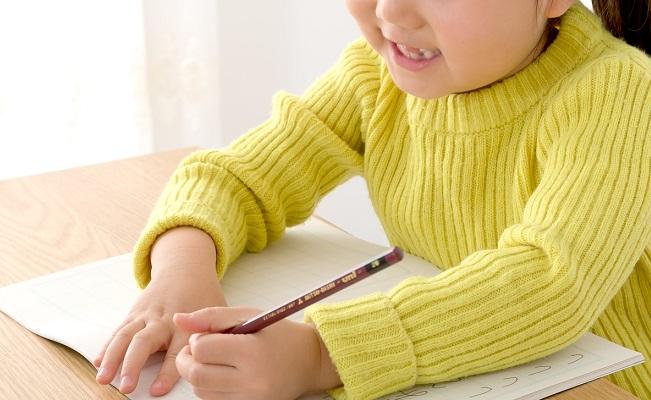 宿題をする女児