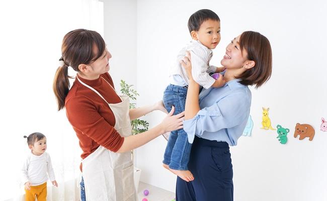 保育園でのお母さんと子供と先生