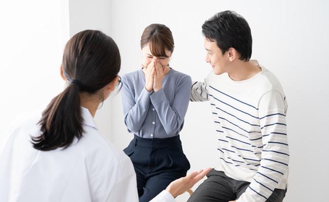 念願の妊娠を喜ぶ夫婦