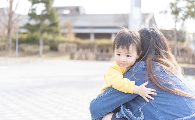 男の子を抱きしめるお母さん