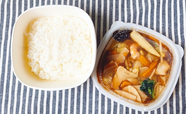 セブン 1/2日分の野菜!9種具材の海鮮中華丼」
