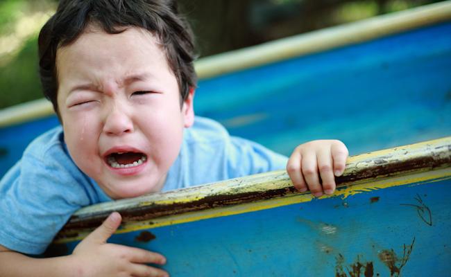帰りたくないと泣く子どものイメージ