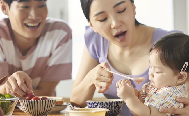 食事をしている子どものイメージ