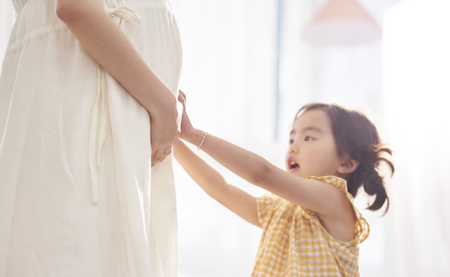 2人目妊娠中のママと子どものイメージ