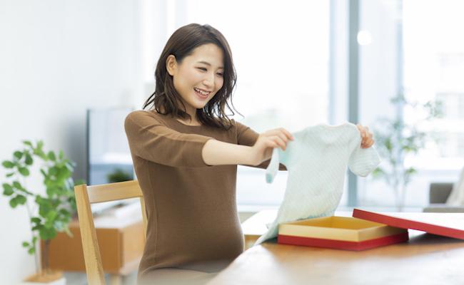 プレゼントを見て喜ぶ妊婦のイメージ