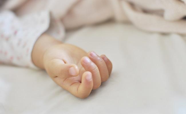 寝ている赤ちゃんの手