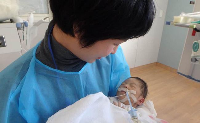 生後1カ月で初めての抱っこ。息子の重さと温もりに生命力を感じた日