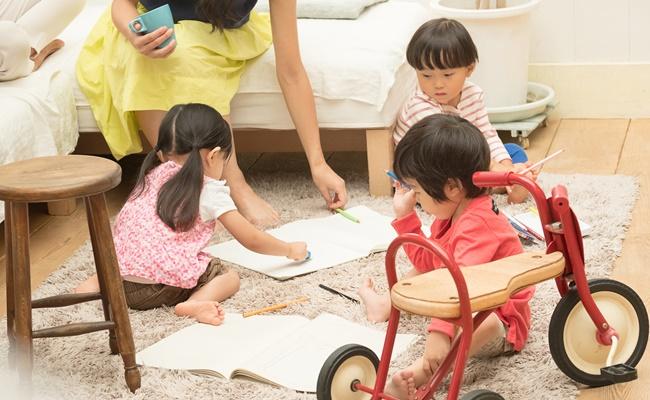 遊ぶ子供達とママ